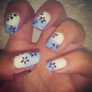 uñas azules flores